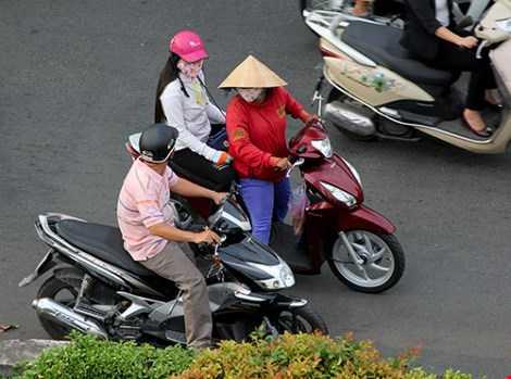 Các cô gái mại dâm lượn lờ trên đường Nguyễn Chí Thanh kiếm khách. Ảnh: Hoàng Giang - HT