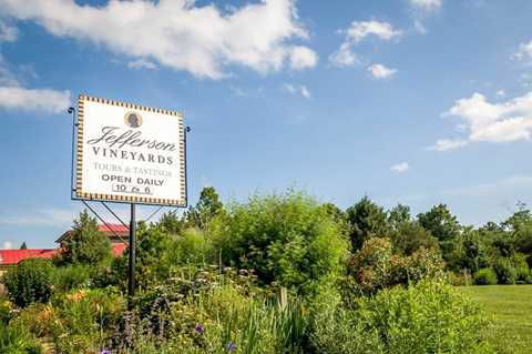 Thung lũng Monticello Wine Trail, bang   Virginia: Những con đường mòn đất màu nâu đỏ, những cánh đồng nho tim   tím là những điểm cuốn hút du khách đến với thung lũng Monticello Wine   Trail.