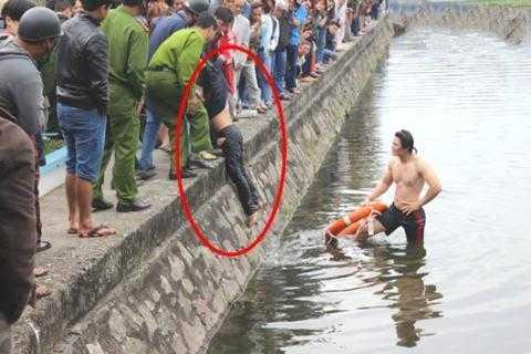 Nạn nhân đã tử vong trước khi được đưa lên bờ. Ảnh: Phụ nữ TP.HCM