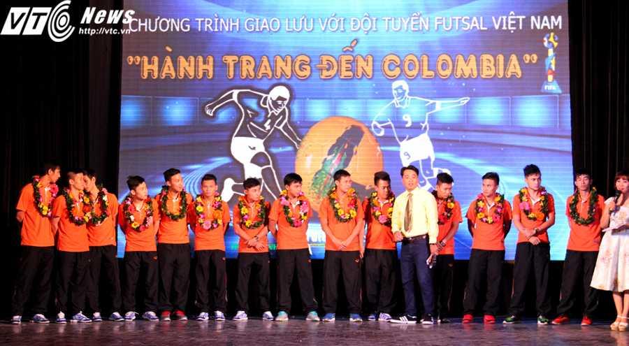 Các tuyển thủ futsal Việt Nam khá nhút nhát trong buổi giao lưu (Ảnh: H.T)
