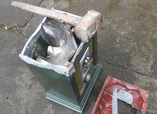 Chiếc két sắt bị phá để trộm tiền vàng