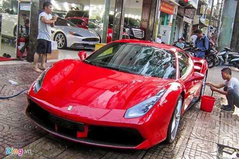 Đây là một trong số 3 chiếc Ferrari 488   GTB vừa được nhập khẩu về Việt Nam. 488 GTB là thế hệ xe ra đời nhằm   thay thế mẫu xe thể thao nổi tiếng 458 Italia. Điểm khác biệt lớn nhất   trên 488 so với 458 có thể nhận thấy ở phần đầu, nắp ca-pô không còn kẽ   hở. Thiết kế cũng đơn giản hơn đàn anh rất nhiều.
