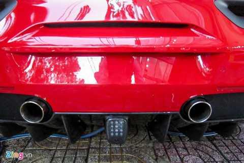 Mặc dù trang bị tăng áp, tiếng pô trên   488 GTB vẫn khá mạnh mẽ và không làm mất bản sắc Ferrari. Đèn báo phía   sau là một chi tiết thường thấy trên xe đua F1 cũng được Ferrari đưa vào   siêu xe này.