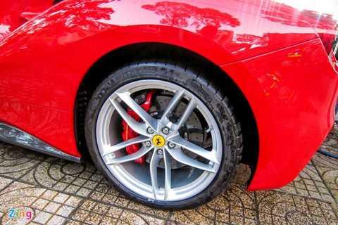 Hệ thống phanh trên 488 tương tự siêu xe   LaFerrari. Lốp 488 rộng hơn so với đàn anh 458 nhằm đảm bảo độ cân bằng   tốt hơn khi vào cua.