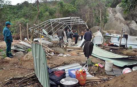 Lực lượng chức năng tháo dỡ lán trại xây dựng trái phép trong rừng Sơn Trà