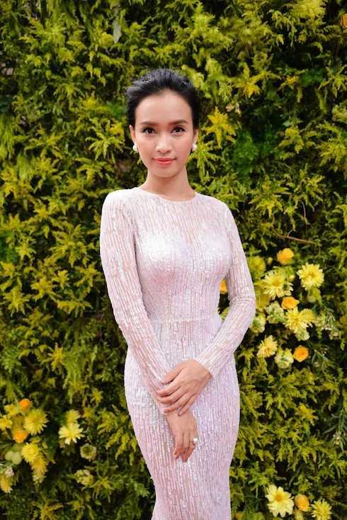 Ái Phương sexy ra mắt MV 'Tôi thấy hoa vàng cỏ xanh'.