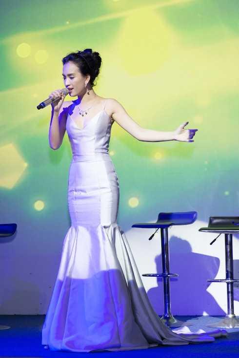 Ái Phương hát 'Tôi thấy hoa vàng trên cỏ xanh' trên sân khấu.