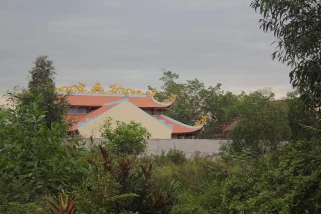 Khu nhà thờ tổ của Hoài Linh nằm trên khu đất rộng 7000 m2, tách biệt với khu dân cư