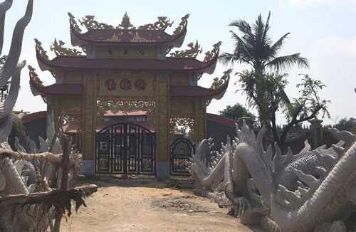 Tại cửa chính ra vào, án ngữ là 2 con rồng đắp nổi