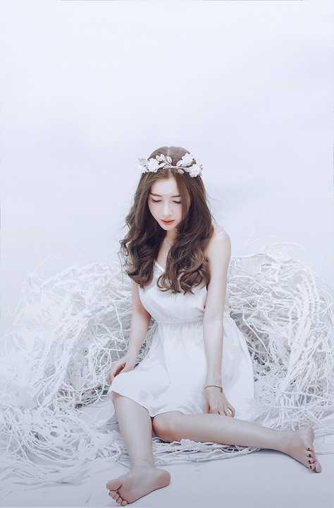 Trong loạt ảnh mới nhất, người đẹp Elly Trần khoe nhan sắc lung linh dù đã là bà mẹ hai con. Cô tự tay trang điểm cho bản thân theo phong cách Hàn Quốc khi kết hợp phấn nền và son môi màu hồng nhẹ nhàng.