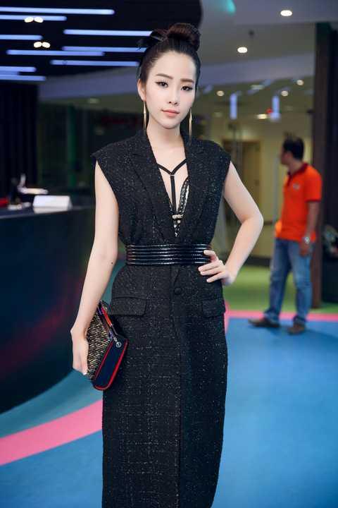 Vừa qua, Hoa khôi Nam Em xuất hiện đầy ấn tượng tại một sự kiện về thời trang. Tham dự sự kiện này, Nam Em diện một trong những mẫu thiết kế mới nhất của NTK Lý Giám Tiền.