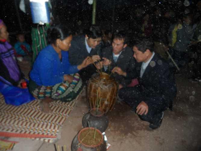 Già trẻ gái trai cùng nhau thưởng thức rượu thiêng trong đêm hội.