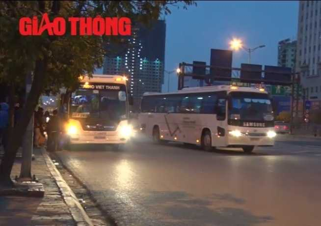 Các xe Samsung bất chấp lệnh phạt, vẫn ngang nhiên, dừng đỗ, đón trả công nhân trái phép tại khu vực Phạm Hùng - Duy Tân (Hà Nội), gây mất trật tự an toàn giao thông.