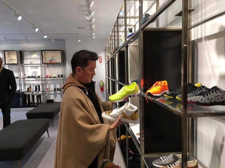 Mặc trời mưa tuyết, nam ca sỹ vẫn không từ bỏ thói quen yêu thích mua sắm  của mình. Mr Đàm bộc bạch, lần này anh phải tranh thủ vì phải mua rất nhiều trang phục, phụ kiện cho cả anh, vũ công & ban nhạc để chuẩn bị cho liveshow sắp tới đây.