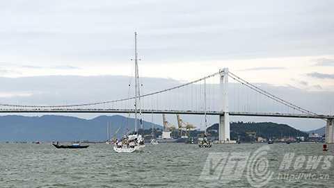 Lần lượt 12 thuyền rời cửa sông Hàn