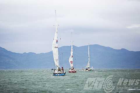Các thuyền tiến dần ra Vịnh Đà Nẵng