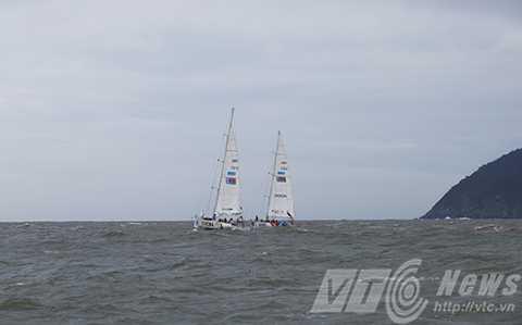 Các thuyền vượt qua mũi Nghê, một trong những danh thắng nổi tiếng của Đà Nẵng trên bán đảo Sơn Trà