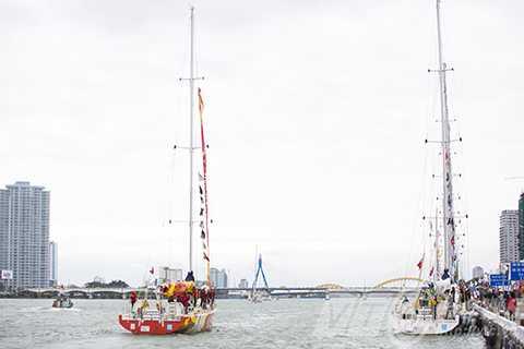 Đoàn thuyền đua rời Sông Hàn ra biển