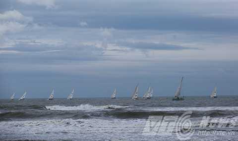 Đúng 16h chiều 27/2, 12 thuyền đua chính thức rời Đà Nẵng, bắt đầu chặng đua thứ 8 đi Thanh Đảo (Trung Quốc)
