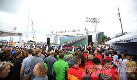 Đúng 10h sáng ngày 27/2, lễ tiễn đoàn thuyền buồm Clipper race 2015-2016 rời Đà Nẵng được bắt đầu với sự tham dự của hàng ngàn người
