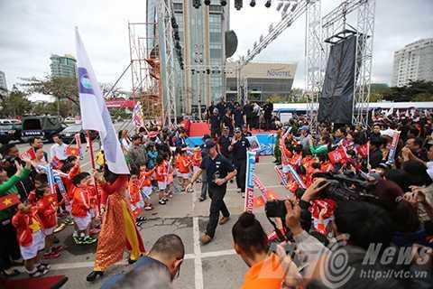 Các đội bắt đầu rời sân khấu chính sau Lễ tiễn