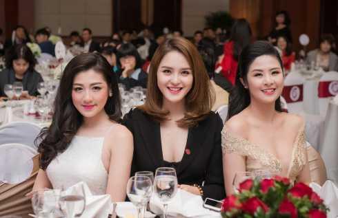 Vẻ sexy khó rời mắt của ba người đẹp.