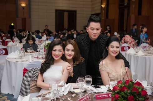 Nam ca sĩ Tùng Dương cũng có mặt, tạo dáng bên 3 mỹ nhân.
