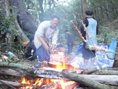 Dân phượt leo Fan nấu nướng trong rừng thế này rất dễ gây cháy rừng