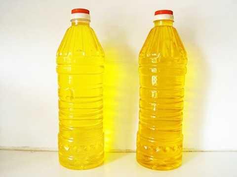 Dầu ăn giả hoặc đã qua chế biết thường có màu vàng sậm, xỉn hoặc hơi đen. Nếu thấy chai dầu có chút cặn đen, bạn nên loại chúng khỏi danh sách mua sắm.