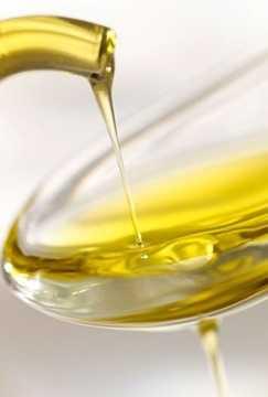 Một số loại dầu ăn có đặc điểm màu sắc dễ nhận biết như dầu hạt cải là màu vàng pha chút màu xanh lục, dầu hạt lạc thì sẽ thấy thoáng có chút sắc cam hoặc vàng cam.