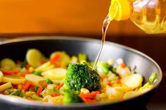 Ngoài quan sát bên ngoài, việc nếm thử dầu ăn cũng sẽ giúp bạn tránh mua phải dầu giả. Dầu ăn thật: Có độ béo ngấy, thơm đặc trưng của dầu ăn. Nếu là các loại dầu ăn chiết xuất đặc biệt như dầu dừa, dầu hạt cải, dầu hạt lạc thì sẽ thấy hương vị riêng của từng loại. Khi nếm không có vị đắng chát, chua.