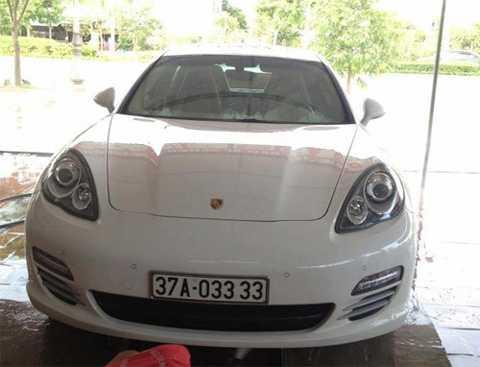 Cả hai người tình đại gia của Hà Hồ đều   có trong tay những siêu xe đẹp, đắt tiền, biển số độc. Trong hình là   chiếc xe Porsche biển số đẹp 37A - 0.3333 của đại gia kim cương.