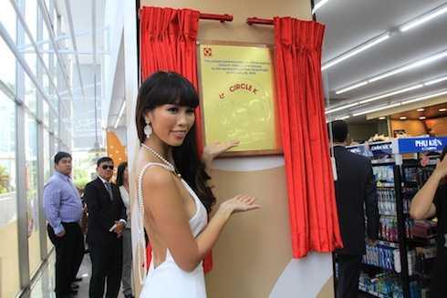 Siêu mẫu Hà Anh vừa xuất hiện tại một sự kiện khai trương được tổ chức tại Quận 7, TP.HCM vào cuối tuần qua.