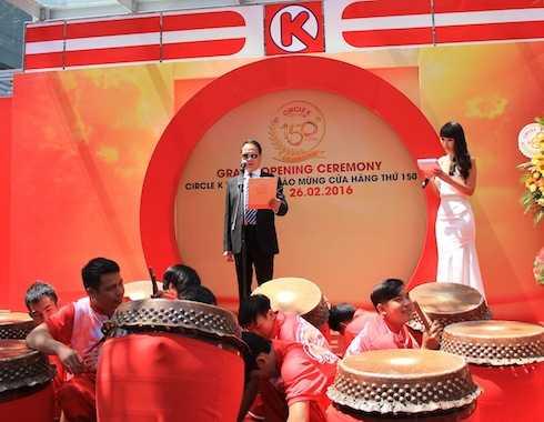 Giữ vai trò MC, Hà Anh dễ dàng gây được ấn tượng với toàn thể quan khách với khả năng dẫn song ngữ lưu loát.