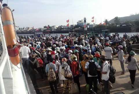 Hàng trăm người mắc kẹt ở Lý Sơn do thời tiết bất thường