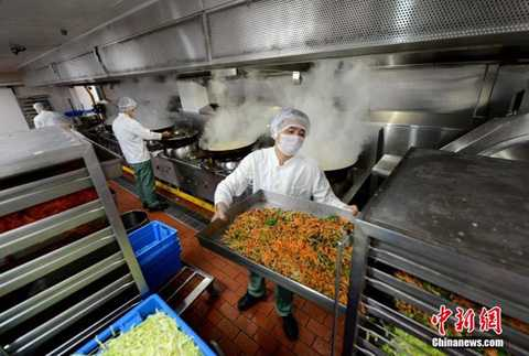 Nguyên liệu được chuyển đến   phòng chế biến đồ ăn đều nhanh chóng được phân loại và đưa vào các kho   lạnh khác nhau để bảo quản. Sau khi sơ chế, các nguyên liệu sẽ được đưa   đi khử trùng.