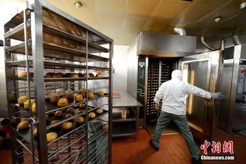 Những món ăn nóng hổi vừa ra lò sẽ lập tức được làm mát rồi đưa đi đóng hộp và được bảo quản trong kho lạnh.