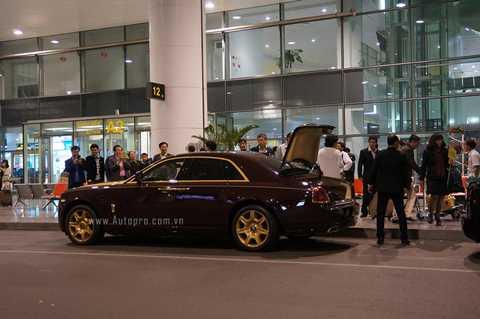 Theo một số tin đồn, chiếc xe Rolls-Royce Ghost phiên bản mạ vàng độc nhất Việt Nam này được tập đoàn T&T Group sử dụng để đưa đón khách VIP.