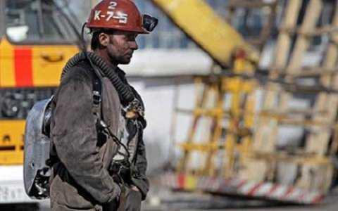 Một thợ mỏ tham gia cứu hộ tại mỏ than. Ảnh AP