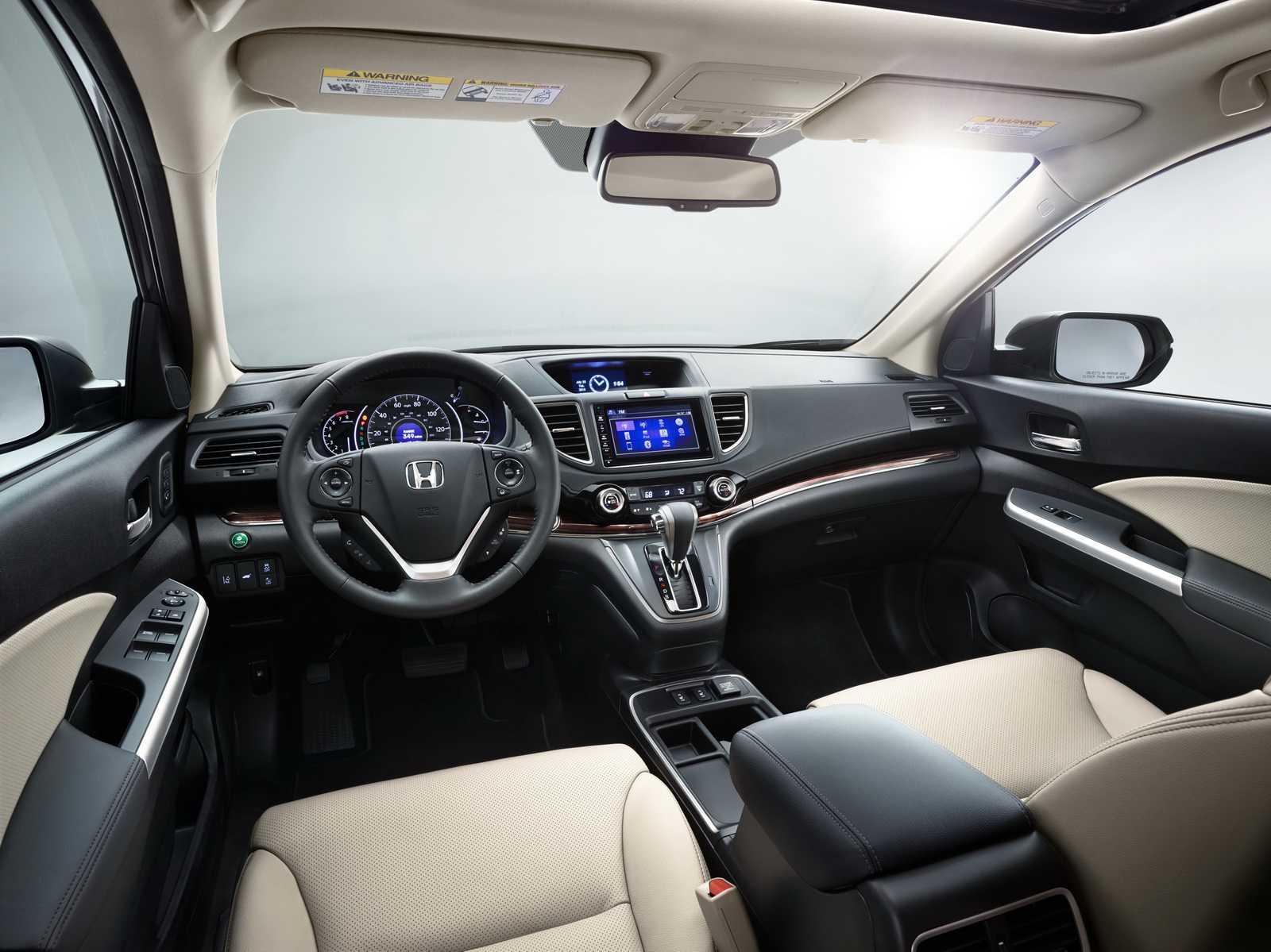 Hai chiếc xe đều sở hữu không gian nội thất khá tương xứng với phân khúc và giá bán của mình (Ảnh minh họa nội thất Honda CR-V 2015)