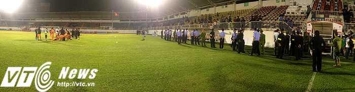 Toàn đội SHB.Đà Nẵng nán lại sân chờ khán giả ra về hết để tránh sự cố đáng tiếc có thể xảy ra (ảnh: Hoàng Tùng)