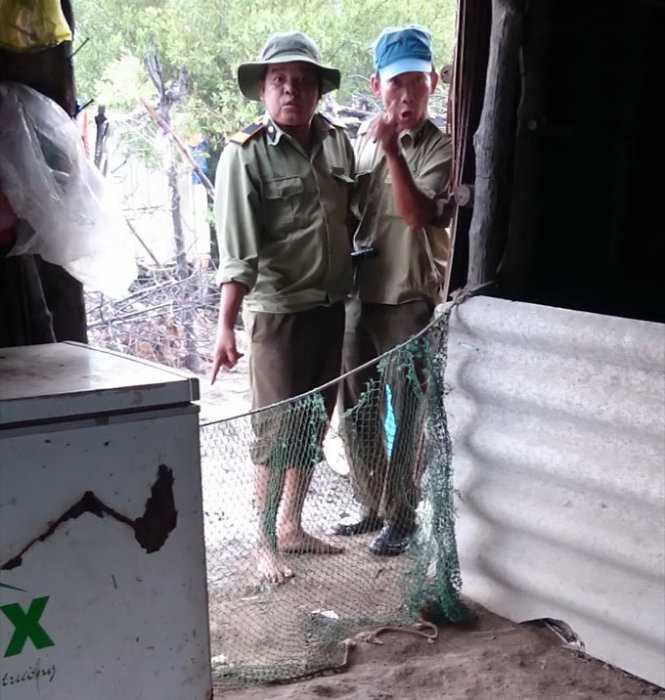 """Chuyện xảy ra ở Long Thành (Đồng Nai). Nhân viên bảo vệ rừng đứng ở chòi tôm của chị Ngọc nói: """"Đất lâm trường là của tui. Chị chỉ là người làm mướn"""" - Ảnh cắt từ clip"""
