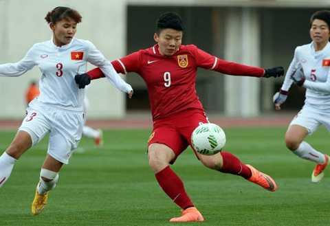 Nữ Việt Nam (trắng) đã chơi đầy nỗ lực trước nữ Trung Quốc
