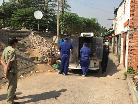 Lực lượng chức năng đưa thi thể về nhà xác phục vụ công tác điều tra