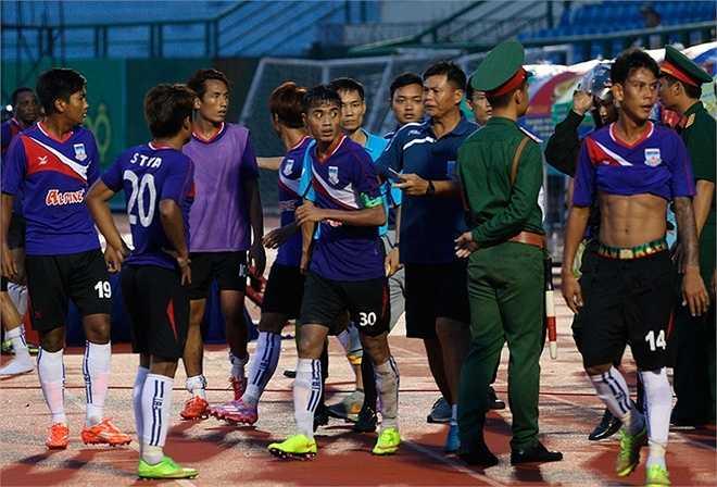 Cầu thủ Myanmar bỏ trận đấu, phản ứng trọng tài Dũng