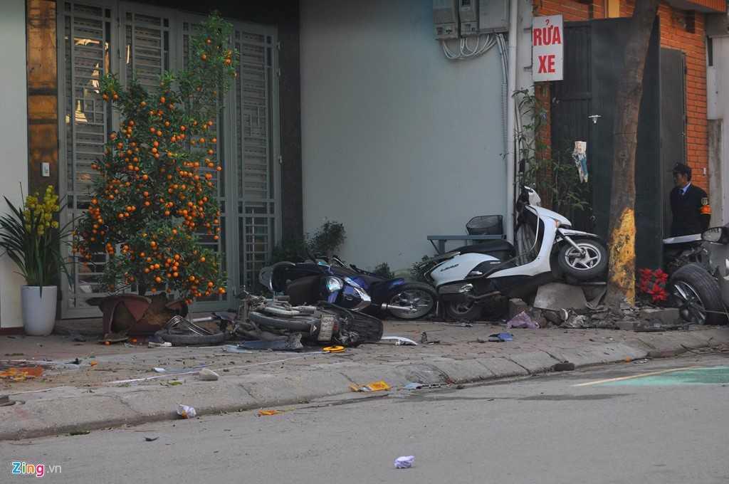 Xe Camry tông hất hàng loạt xe máy lên vỉa hè, làm 3 người chết thảm - Ảnh: Zing