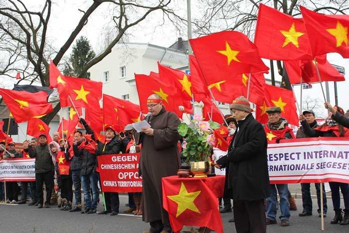 Phật tử người Đức tham gia đoàn biểu tình