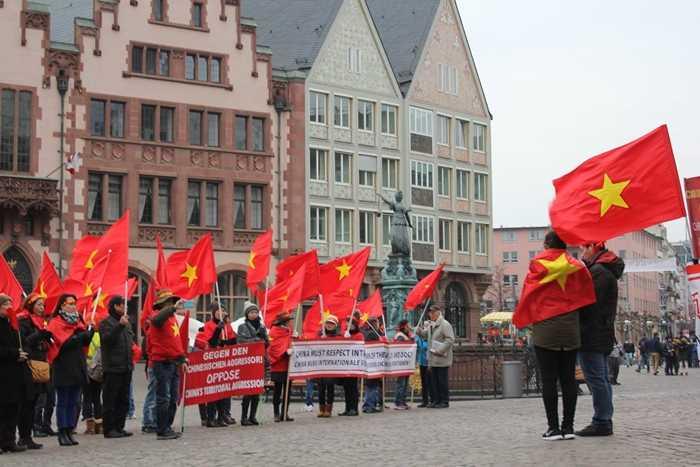 Đọc kháng thư tại quảng trường Römerberg