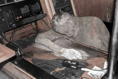 """Manfred chết trong tư thế ngồi bên cạnh bộ điện đàm vô tuyến trong một chiếc """"du thuyền ma"""" trôi dạt vào bờ biển Phillipines"""