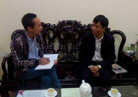 Ông Bùi Văn Sử - Chánh văn phòng Sở Tài chính Thanh Hóa (phải) trả lời PV báo điện tử VTC News sáng 1/3.